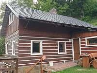 Boční pohled ze zatravněné terasy - chata ubytování Huntířov - Nová Oleška