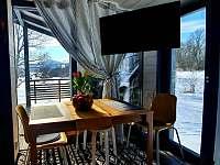 Rozkládací jídelní stůl a výhledy - chalupa k pronajmutí Horní Podluží - Světlík