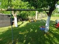 houpačky a pískoviště na zahradě