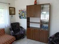 obývací pokoj - box s prospekty a mapami