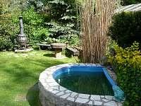 kašna na zahradě - chata k pronajmutí Růžová