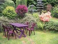 zahrada od vchodu - chata k pronájmu Růžová