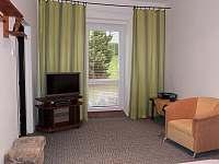 obývací pokoj s manželskou postelí - chalupa k pronajmutí Mikulášovice