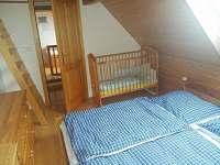 Druhá ložnice v 1.patre s dětskou postylkou
