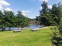 Možnost koupání v místním rybníku cca 100m od apartmánů. - Krásná Lípa