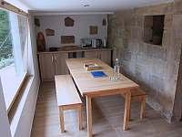 Jídelna s kuchyňkou - chalupa ubytování Mezná