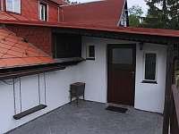 Vstupní dveře - Horní terasa - chalupa k pronajmutí Mezná