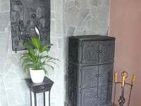 Kamna na dřevo v obývacím pokoji - chalupa k pronájmu Krásná Lípa - Krásný Buk