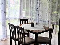 jídelní kout - chata k pronajmutí Růžová
