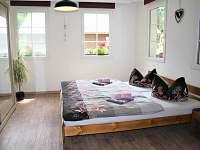 žlutá ložnice s možností přistýlky - chata k pronajmutí Růžová