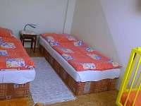 ložnice s děts. postýlkou v apartm.1   (4 osoby + možnost přistýlky)