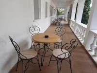 Venkovní posezení v atriu má každý apartman své vlastní - pronájem Chřibská - Krásné Pole