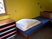 Ložnice 2 = 3 postele - chata k pronájmu Jetřichovice