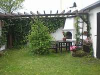 posezení u venkovního krbu pod pergolou - chalupa ubytování Horní Podluží