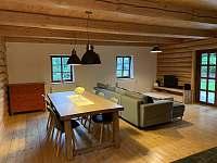 obývací pokoj s jídelním stolem - srub k pronajmutí Království