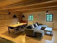 obývací pokoj s jídelním stolem - srub k pronájmu Království