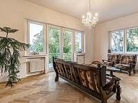Obývací pokoj s TV - chalupa k pronajmutí Varnsdorf