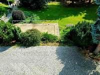 Pohled z terasy na zahradu