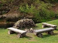 Ohniště na břehu říčky - chalupa ubytování Dolní Chřibská