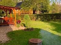 zahrada s ohništěm a krbem - chalupa k pronájmu Jetřichovice - Rynartice