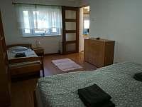 ložnice v přízemí - 3 lůžka - chalupa k pronajmutí Janov u Hřenska