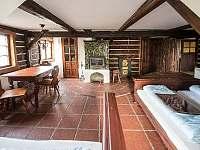 Pokoj s kachlovými kamny, vlastní koupelnou a kuchyňkou - chalupa k pronájmu Doubice