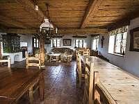 Společná kuchyně s jídelnou a kachlovými kamny - chalupa k pronájmu Doubice