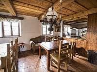 Společná kuchyně s jídelnou a kachlovými kamny - Doubice