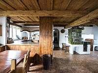 Společná kuchyně s jídelnou a kachlovými kamny