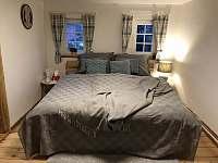 Druhá ložnice s manželskou postelí - chalupa k pronájmu Sněžník