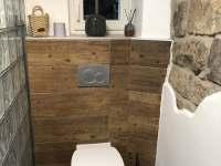 Toaleta v přízemí - chalupa k pronajmutí Sněžník