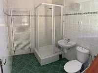 Koupelna s WC v 1. patře - chalupa k pronajmutí Mikulášovice