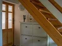 Botník pod schody - chalupa ubytování Kámen
