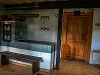 Kachlová kamna ve společenské místnosti - chalupa ubytování Kámen