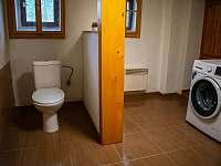 Koupelna s vanou, sprchovým koutem, toaletou a pračkou - chalupa k pronajmutí Kámen