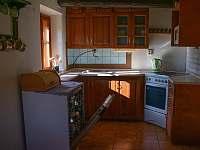 Kuchyň s elektrickou troubou, myčkou a mikrovlnkou - chalupa k pronájmu Kámen