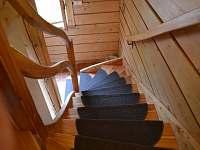 Schodiště do patra - chalupa ubytování Filipov