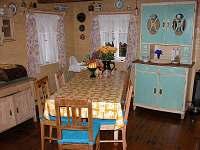 kuchyň - setnice, velký rozkládací jídelní stůl