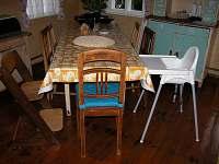 velký rozkládací stůl v kuchyni