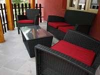 Vnitřní terasa s venkovním nábytkem