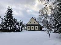 Pohled ze zahrady v zimě - chalupa ubytování Chřibská