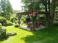 zahrada s posezením - roubenka ubytování Česká Kamenice