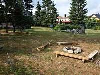 zahrada s ohništěm - pronájem chalupy Tisá