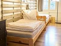 dvoulůžková ložnice v přízemí - chalupa k pronajmutí Dolní Chřibská