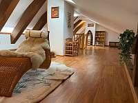 odpočinková místnost s knihovnou - chalupa k pronajmutí Staré Křečany