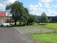 Parkoviště s příjezdovou cestou napojenou na terasu
