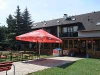 Terasa v areálu Hotel a kemp Formule Děčín - chatky k pronajmutí