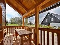 Chata Saša_veranda s výhledem na chalupu Leničku - ubytování Dolní Chřibská