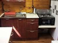 Nová kuchyně - dřez a sporák s troubou - chata k pronajmutí Všemily