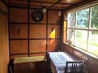 Veranda s malým jídelním koutem - chata k pronajmutí Všemily